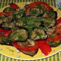 Bakłażanowe krążki z sosem orzechowym i papryką - potrawa kuchni gruzińskiej