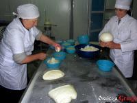 Fabryka sera w Saqdrioni - ręczne formowanie sera sulguni