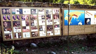 Tablica informacyjna na wykopaliskach archeologicznych w Dmanisi