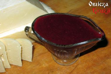 Czerwony sos tkemali z gruzińskim serem