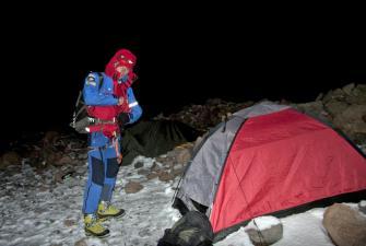 Kamil wyrusza w samotną wędrówkę na szczyt wulkanu [fot. Darek Piwowarski]