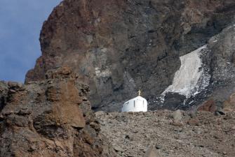 Kapliczka pod Kazbekiem na wysokości 4000m npm [fot. Darek Piwowarski]