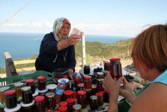 Starsze kobiety sprzedają swoje zbiory i przetwory [fot. Darek Piwowarski]