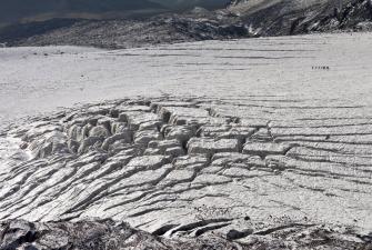 Szczeliny w lodowcu - spękany bochen chleba [fot. Darek Piwowarski]