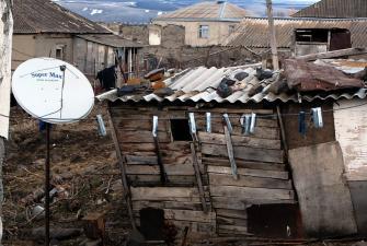 Antena satelitarna przy rowalającej się szopie, Gruzja