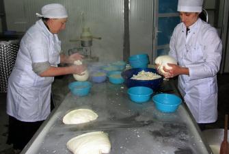 Ręczne formowanie sera sulguni 1 - Naili i Inga, fabryka sera w Saqdrioni