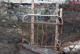 Upcyklingowa furtka ze starego łóżka, Gruzja