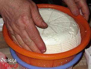 Formowanie świeżego sera w ociekaczu