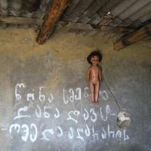 Napis na ścianie w kamiennej chatce