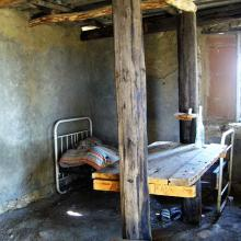Sypialnia w kamiennej chatce w Uplisciche
