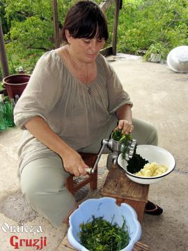 Mielenie zieleniny i czosnku do sosu tkemali, Anna w Gruzji