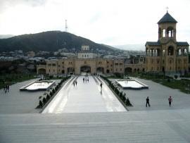 Dziedziniec Soboru Świętej Trójcy w Tbilisi