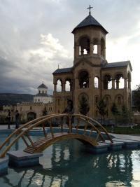 Mostek na terenie Soboru Świętej Trójcy w Tbilisi