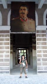 Na dworcu w Gori pod portretem Stalina
