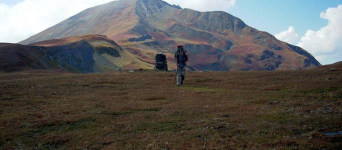 Przemek w drodze przez przełęcz, Góry Swaneckie