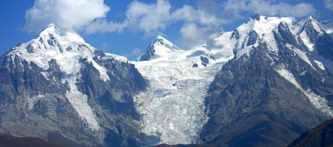 Ośnieżone szczyty Wielkiego Kaukazu