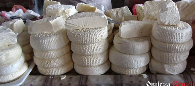 Gruzińskie sery domowe typu imeretyńskiego na rynku w Tbilisi
