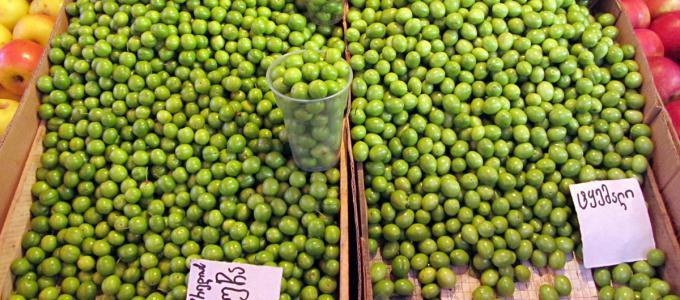 Zielone śliwki na gruzińskim bazarze - ałycza i tkemali