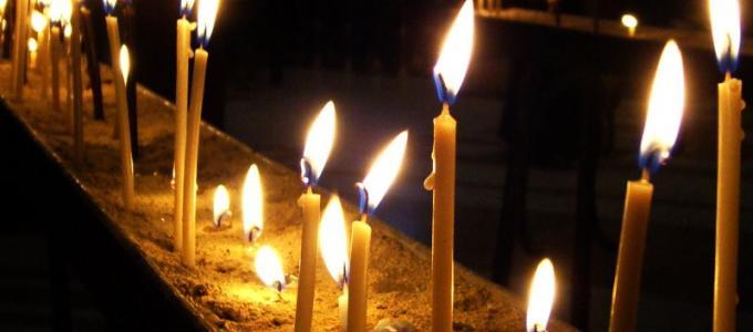 Rzędy płonących świec w katedrze