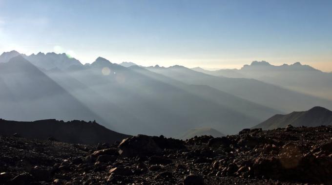 Ostatnie poranne promienie słońca nad górami Kaukazu [fot. Darek Piwowarski]