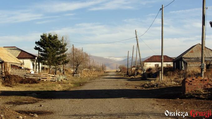 Droga przez wioskę Sameba w kierunku gór po stronie ormiańskiej