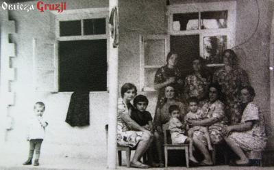 Kobiety przed domem - zdjęcie z albumu rodzinnego Nazi Khalvashi